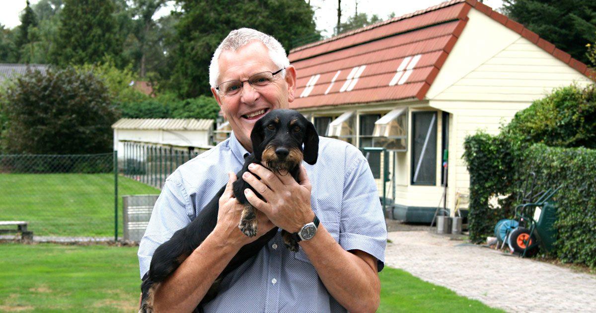 """Ein großes Herz für Tiere: Serge mit Dackeldame """"Pippa"""" vor dem heimischen Taubenschlag"""